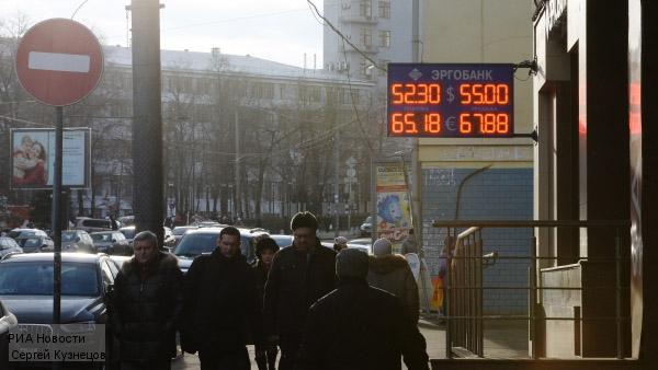 В начале торгов доллар и евро упали более чем на два рубля