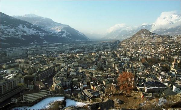 Швейцария. Город Сион и гора Сион (в центре вдали).