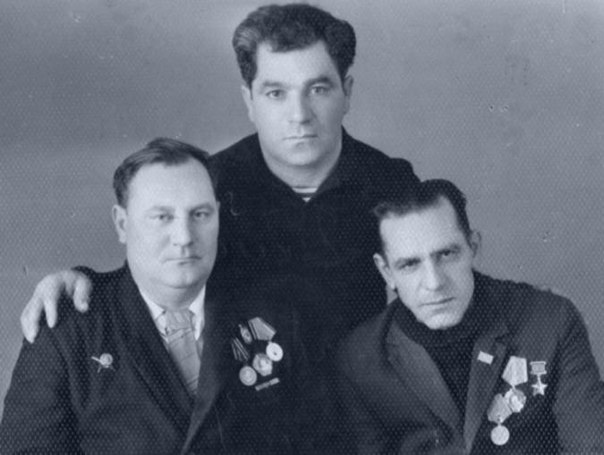Справа налево: Дмитрий Остапенко, Иван Остапенко, бывший пулемётчик Портянкин. 1965 год.
