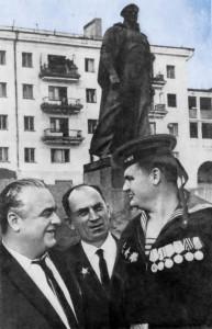 Трое оставшихся в живых бойцов из той самой группы. Кайда – крайний справа. Фото сделано на фоне памятника неизвестному матросу в Новороссийске, для которого скульптору позировал сам Кайда.