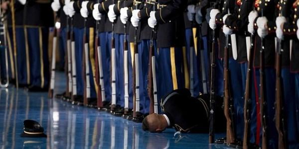 Солдат почетного караула упал в обморок во время прощальной речи Обамы