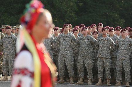 Украинцы разрываются между США и Россией