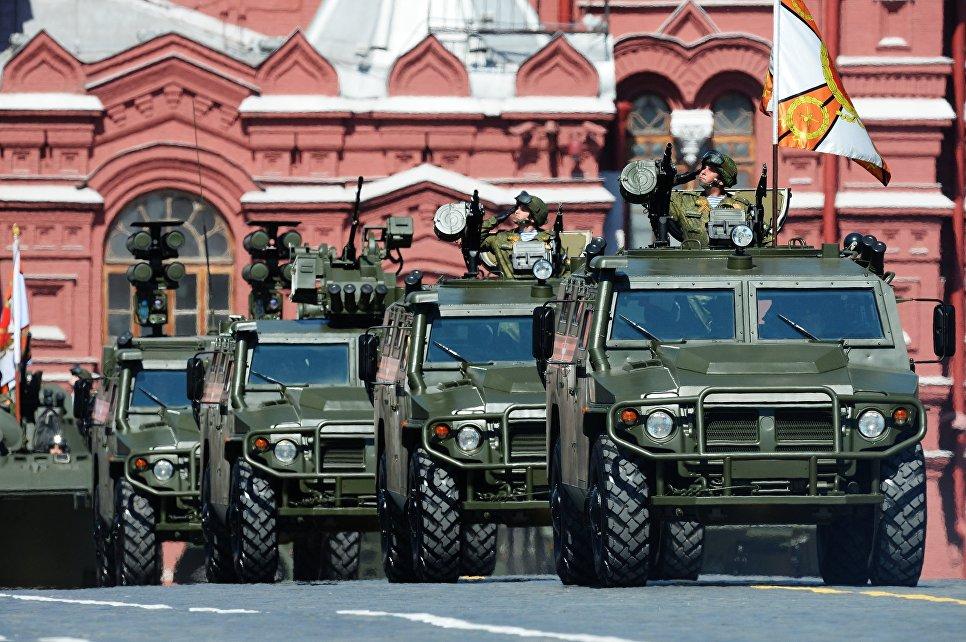 """Бронеавтомобили """"Тигр"""" во время военного парада на Красной площади в честь 71-й годовщины Победы в Великой Отечественной войне 1941-1945 годов."""