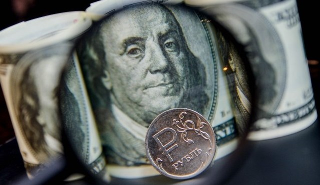 Двойной удар: в феврале российский рубль ждет серьезное ослабление