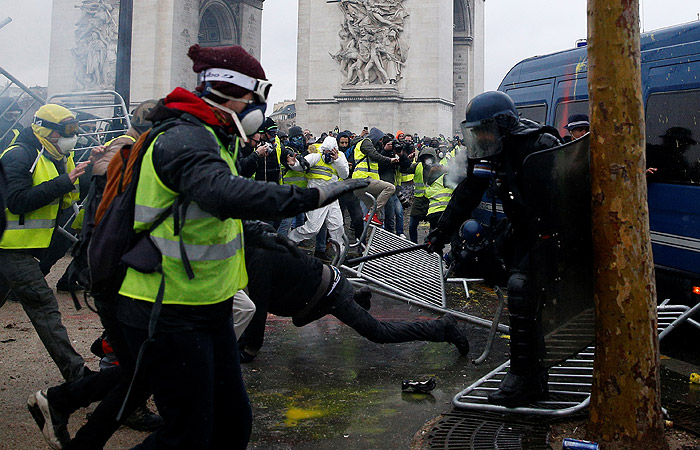 """Как """"желтые жилеты"""" стали """"яблоком раздора"""" между Парижем и Римом"""