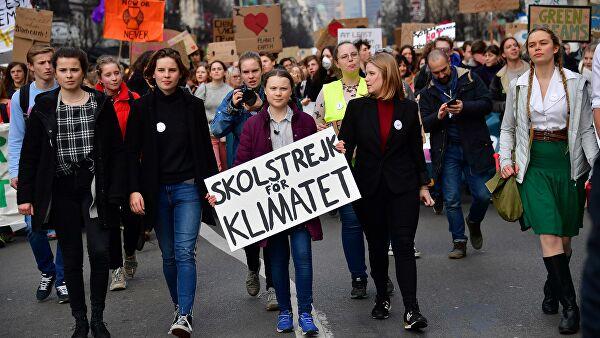 Безграмотная толпа: как западная молодежь требует прекратить кормить Россию