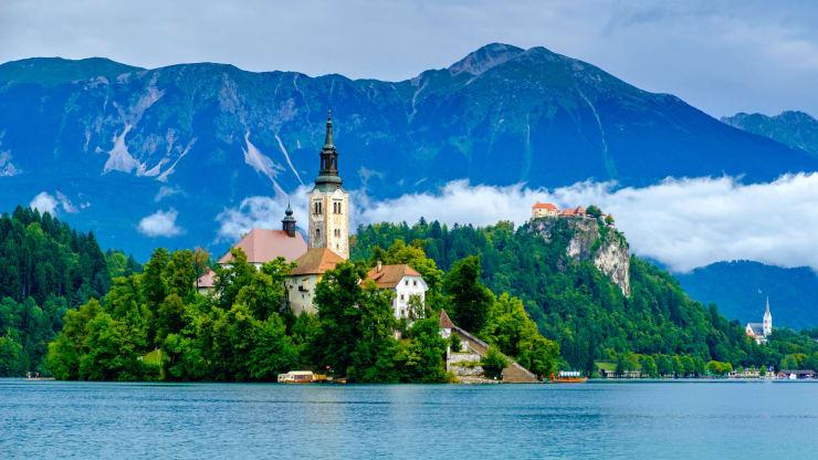 Словения стала первой страной, объявившей об окончании пандемии коронавируса