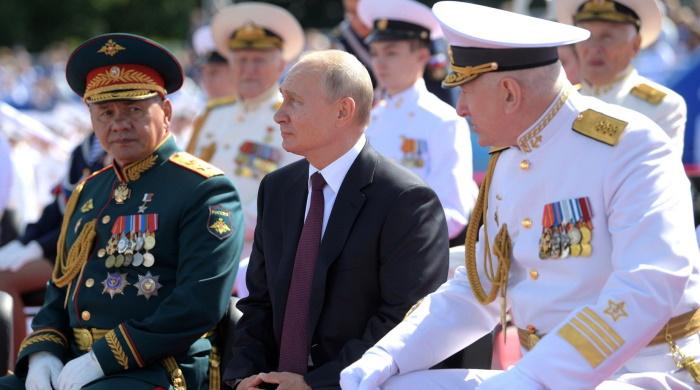 Владимир Путин во время парада ВМФ России