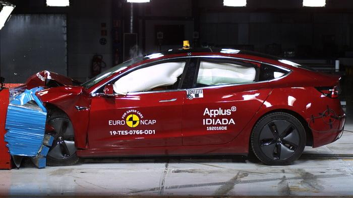 Краш тест автомобиля Tesla Model 3
