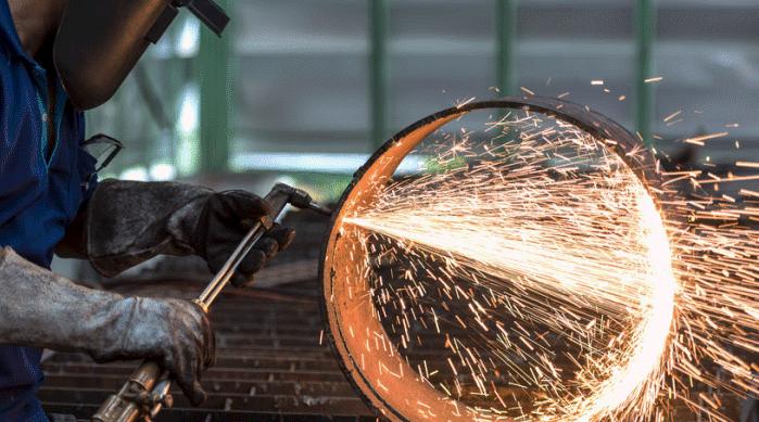 Сварщик работает с оборудованием для резки металла