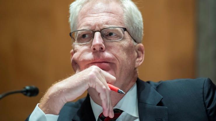 Кристофер Миллер, директор Национального контртеррористического центра, дает показания во время слушаний сенатского комитета по внутренней безопасности и делам правительства по теме «Угрозы родине» на Капитолийском холме в Вашингтоне 24 сентября 2020 года.