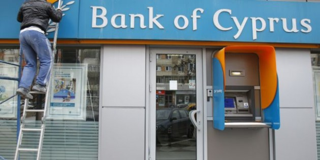 Вкладчики Bank of Cyprus, крупнейшего банка страны, у которого много  российских клиентов, потеряют до 40% своих депозитов