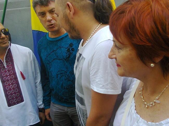С увлечение рассказывал митингующим, какая ужасная Россия и какие страшные сепаратисты Луганска и Донецка, охотно позировал девушкам.