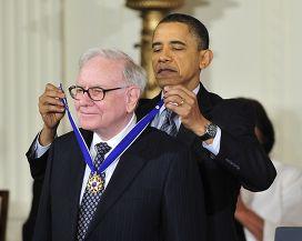 Барак Обама награждает Уоррена Баффета медалью Свободы