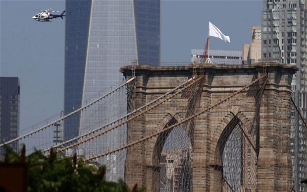 На Бруклинском мосту неизвестные заменили американские флаги на белые