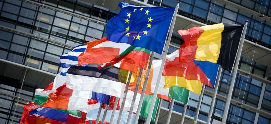Европа требует снять санкции с России и приносит извинения