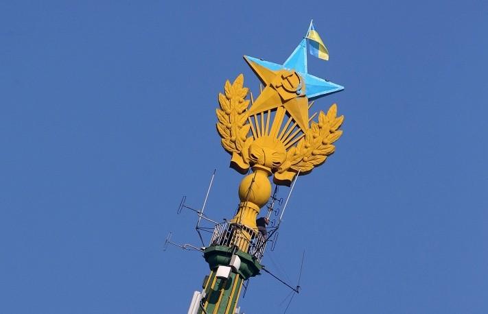 Задержаны вандалы, повесившие флаг Украины на московской высотке