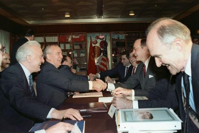 Та самая встреча на Мальте. На фото: слева - министр иностранных дел СССР Эдуард Шеварднадзе, второй слева - генсек ЦК КПСС Михаил Горбачев, второй справа - президент США Джордж Буш