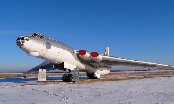 Ту-95: русский Медведь против американской крепости