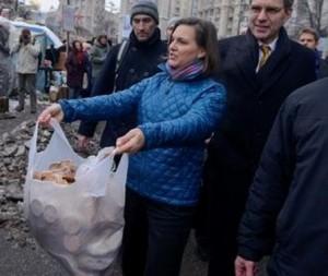 Виктория Нуланд раздает печеньки