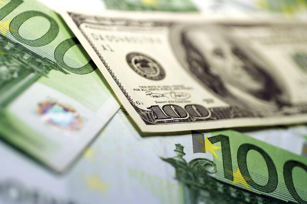 Доллар резко подорожал на первых торгах в новом году