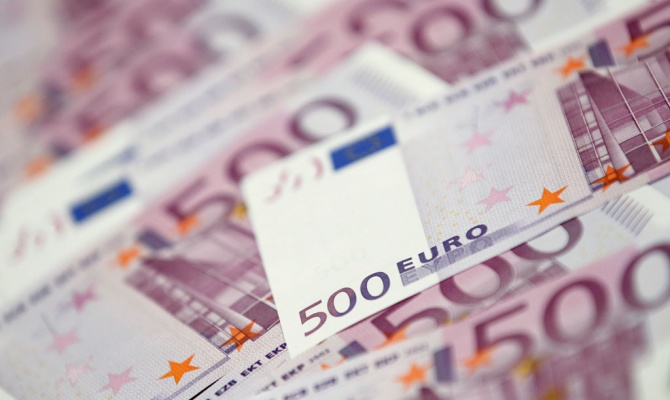 Курс евро к доллару рухнул до минимальных отметок за девять лет