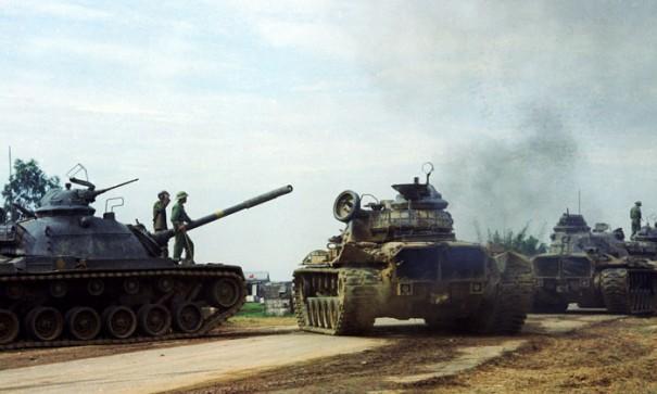 Бойцы Народных вооруженных сил освобождения Южного Вьетнама (НВСО) у брошенных американских танков