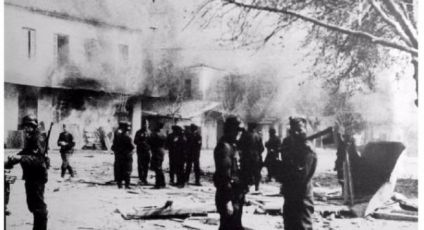 Немецкие солдаты сжигают Дистомо, 1944 г.