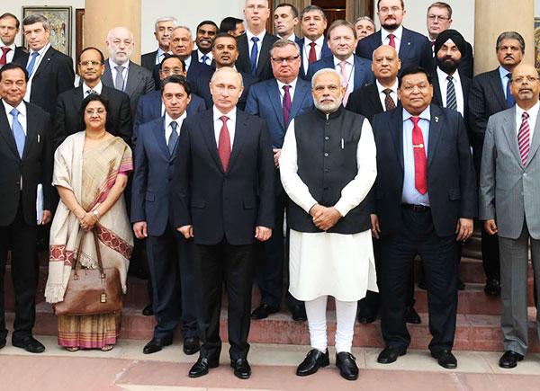 Президент России Владимир Путин и премьер-министр Индии Нарендра Моди после встречи в Нью-Дели. 11 декабря 2014