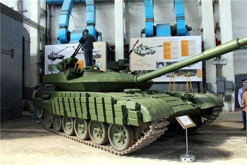 Т-72Е на выставке, вид справа-спереди