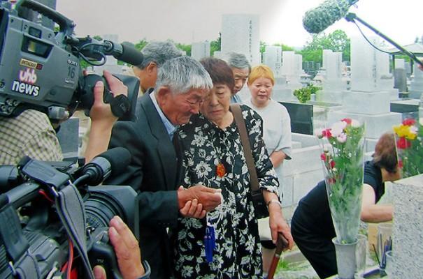 На могиле матери в Саппоро, Япония