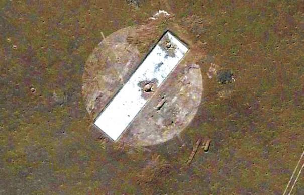 Мишень в пустыне Гоби, имитирующая авианосец.