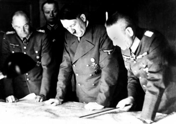 Гитлер и начальник генштаба фон Браухич рассматривают карту сражений, август 1941 г.