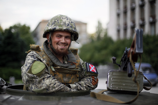 Народный ополченец у здания Донецкой областной администрации. Фото: Зураб Джавахадзе