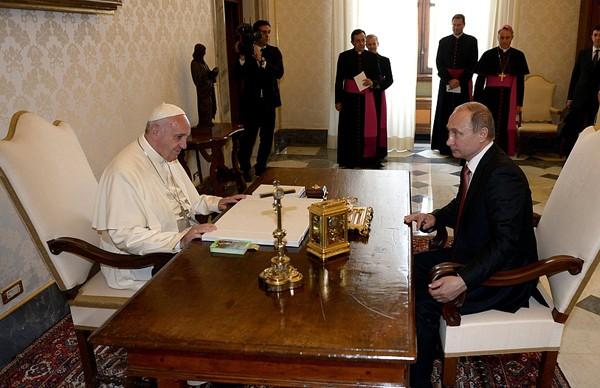 """Почему Франциск """"благословил"""" Путина в борьбе против """"антихристианской европейской знати"""""""