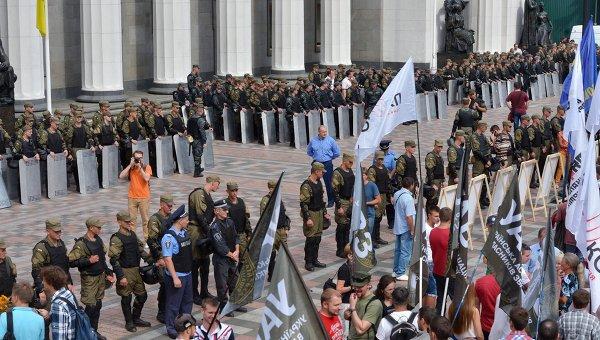 Митингующие в Киеве пытаются штурмовать парламент