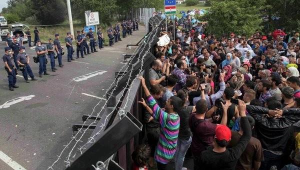 Беженцы закидывают полицейских камнями - ранены 20 полицейских