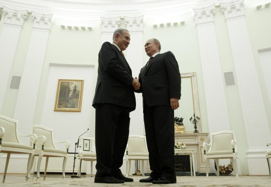 Russian President Vladimir Putin (R) shakes hands with Israel's Prime Minister Benjamin Netanyahu during their meeting in Moscow's Kremlin November 20, 2013. REUTERS/Maxim Shemetov (RUSSIA - Tags: POLITICS)