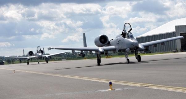Прибытие двух штурмовиков Fairchild Republic A-10C Thunderbolt II из состава 303-й истребительной эскадрильи 442-го истребительного крыла резерва ВВС США на авиабазу Лиелварде (Латвия), 26.08.2015 (с) Dеnise Haeussler / ВВС США