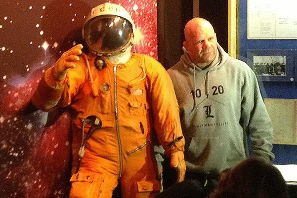 Джефф Монсон фотографируется со скафандром Юрия Гагарина.