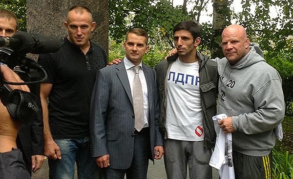 В доме-музее Юрия Гагарина Алексей Олейник (слева-направо), Ярослав Нилов, Николай Каушанский и Джефф Монсон