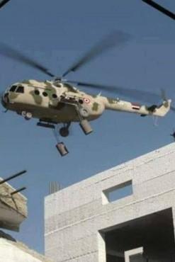 Вертолет, несущий бочковые бомбы