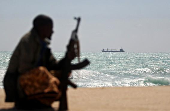 На горизонте — захваченный пиратами греческий грузовой корабль MV Filitsa. Хобьо, северо-восточное побережье Сомали, 7 января 2010 года.
