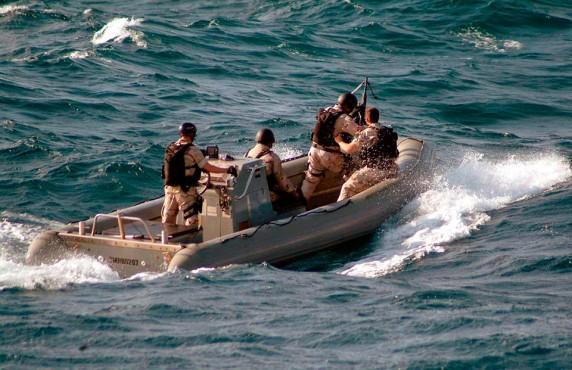 Группа захвата с ракетного эсминца USS Winston S. Churchill's преследует пиратскую лодку в 54 морских милях от побережья Сомали.