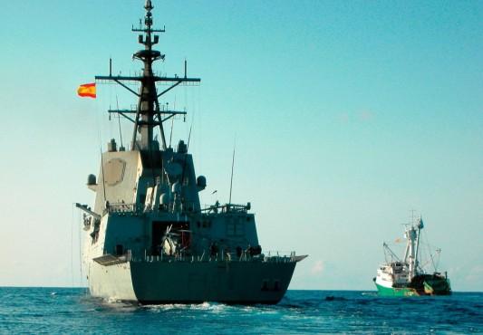 Испанский фрегат Mendez Nunez сопровождает рыболовецкое судно Playa de Bakio, освобождённое после выплаты пиратам $1,2 миллиона.