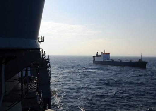 По требованию американских военных, желающих проверить состояние украинского экипажа, пираты выстроили его у борта захваченного судна «Фаина». 9 ноября 2008 года.