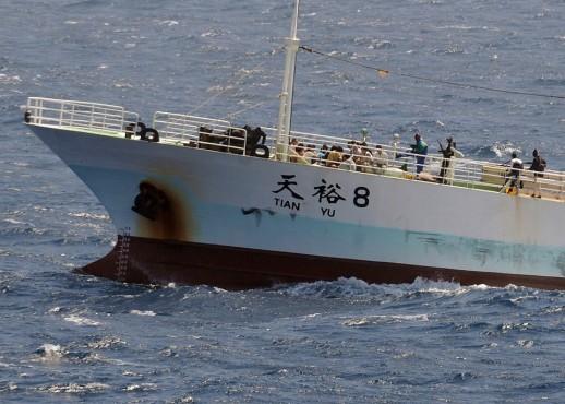 Пираты держат на прицеле экипаж китайского рыболовного судна «Тянь Ю», 17 ноября 2008 года.
