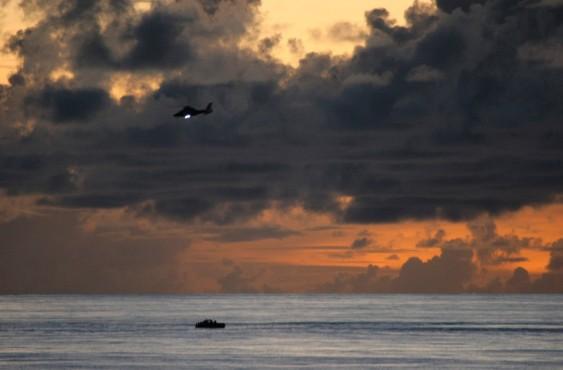 Французский вертолёт, базирующийся на фрегате Nivose, завис над лодкой с подозреваемыми в пиратстве. Апрель 2009.