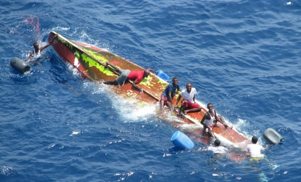 Испанский военный танкер Marques de la Ensenada спасает сомалийских пиратов, чья лодка перевернулась во время неудачной атаки на контейнеровоз Nepheli.