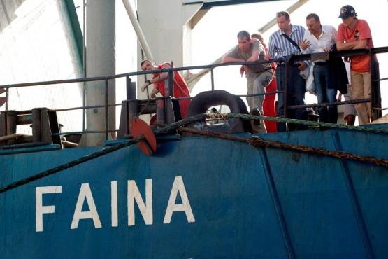 Члены экипажа и владелец «Фаины» Вадим Альперин (третий справа) во время швартовки в кенийском порту Момбаса, куда корабль прибыл после освобождения. 12 февраля 2009 года.